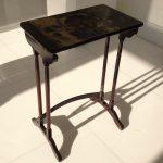 Table antique laquée endommagée par une inondation