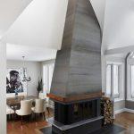9 panneaux d'acier traités avec une patine puis assemblés pour recouvrir une cheminée contemporaine.